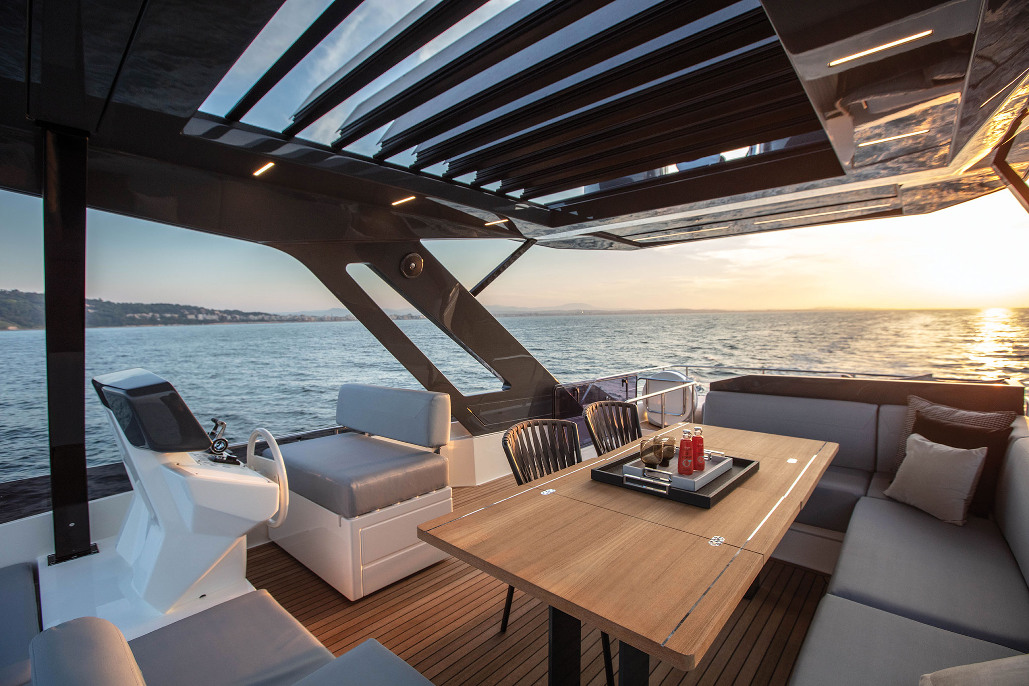 ferretti-Yachts-720-flybridge-lounge-yachts-france-173