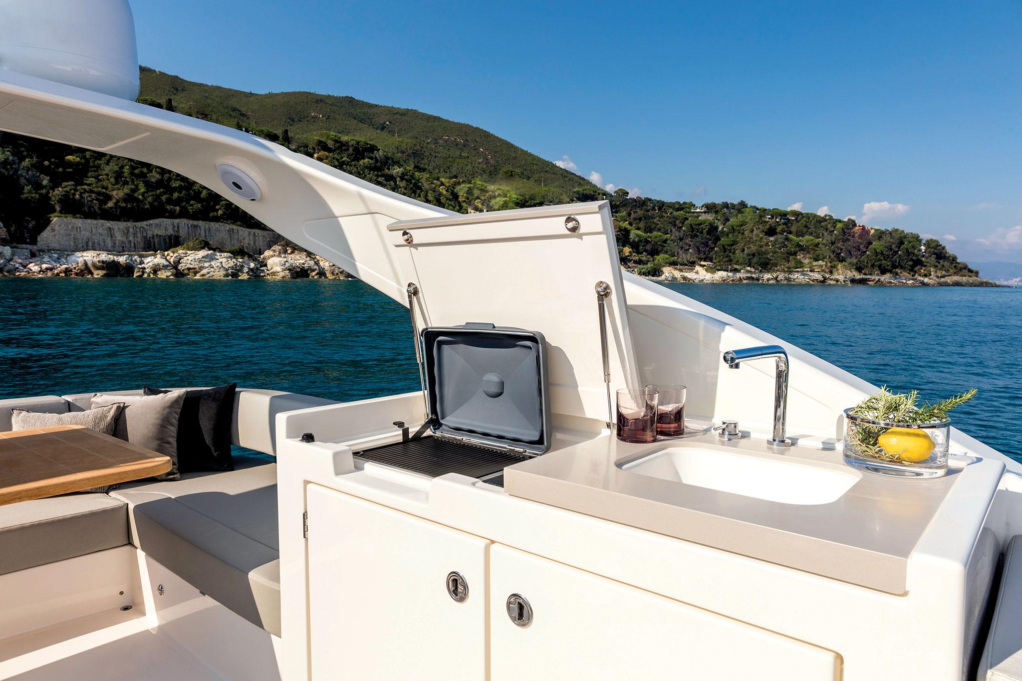 Yachts-France-170-10-essai-Absolute-Navetta48-WetBar